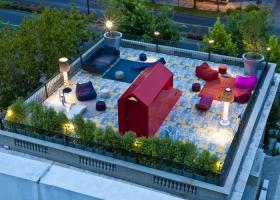 Guy Wenborne retrató magistralmente la apertura de la Terraza 1/1 DESIGN ambientada con mobiliario de exterior de PAOLA LENTI y lámparas de FLOS y SERRALUNGA, sobre un colorido piso de mosaicos BISAZZA, diseño de Alessandro Mendini.