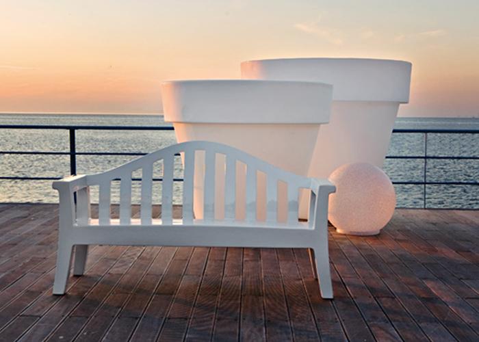 Vivir Diferente es el lema de SERRALUNGA, que apuesta por la vida al aire libre con productos para exterior en polietileno, como la banca Giulietta diseño de Paolo Rizzatto o la Colección de macetas Vas-One, diseño de Luisa Bocchietto.