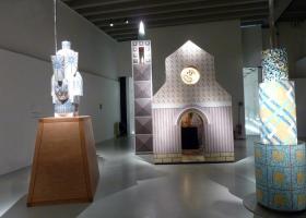 """En ocasión del Salón del Mueble de Milán 2011, BISAZZA rindió homenaje a Alessandro Mendini con una exhibición en la Triennale y un libro publicado por Skira. En celebración del 80º cumpleaños del Maestro y de los 20 años de fructífera colaboración con BISAZZA, la muestra incluyó trabajos e instalaciones de la Fundación Bisazza y un prestigioso préstamo de la Fundación Cartier de París. Entre ellos y como estreno mundial: una nueva escultura ecuestre llamada """"Il Cavaliere di Dürer""""."""
