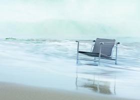 CASSINA revoluciona el sector del amoblamiento de exterior con la nueva Colección Outdoor a partir de la reedición de algunos de los más importantes proyectos de Le Corbusier, Pierre Jeanneret y Charlotte Perriand: la poltrona LC1, sillón y sofás LC3, poltrona giratoria LC7, Pouf LC8 y la mesa LC10P, todos resistentes a las condiciones climáticas más extremas.