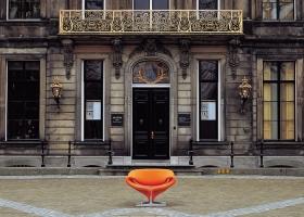 A partir de los ´60, el uso de muebles ARTIFORT en grandes proyectos como el Aeropuerto de Schiphol en Amsterdam, da a la marca un incuestionable lugar en los top ten del mercado internacional del mobiliario. Foto: Ribbon Chair, diseño de Pierre Paulin, gentileza Artifort.