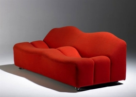 La forma del banco ABCD de Pierre Paulin parece venir de una caja de huevos. Las curvas en el asiento proveen loa apoyabrazos y aseguran una distancia entre la gente que se sienta en ella. Ideal para salones de hotel. Foto, gentileza Artifort.