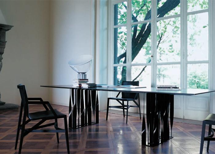 Diseño de Rodolfo Dordoni, las sillas Pilotta en fresno negro y la mesa Boboli, cuya estructura en fierro recuerda el magnífico jardín tras el Palacio Pitti en Florencia. Foto gentileza de Cassina.