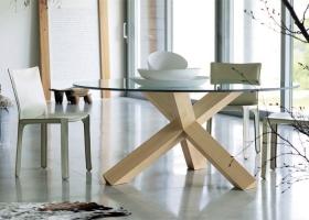 En una dimensión doméstica natural, dos diseños del maestro Mario Bellini: La Rotonda, mesa en fresno natural y Cab, sillas revestidas en cuero. Foto gentileza de Cassina.