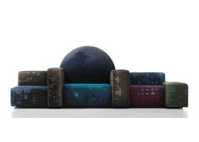 Gaetano Pesce nos vuelve a emocionar con un diseño único: Notturno a New York en edición limitada de 200 piezas, fue presentado en abril del 2010 como un sofá-skyline envuelto en un cielo estrellado. Foto gentileza de Cassina.