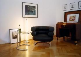 Algunos de los clásicos diseñados por Eileen Gray entre 1927 y 1929: Mesa ajustable E1027, poltrona Bibendum y lámpara de pie Tube Light. Foto, Francoise Halard, gentileza de ClassiCon.