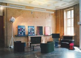 Sofá Odin (2005) y mesa auxiliar Diana (2002), ambos diseños de Konstantin Grcic. Foto, Florian Holzherr, gentileza de ClassiCon.
