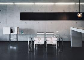 Mueble-bar (1994) diseño de Konstantin Grcic; sillas Roquebrune (1932) y mesa Double X (1928), ambos diseños de Eileen Gray. Foto, Florian Holzherr, gentileza de ClassiCon.