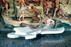 Sofá Flap, con original tecnología en su base que incluye varias piezas reclinables en distintos ángulos a modo de respaldos, diseño de Francesco Binfarè (2000). Foto Edra.