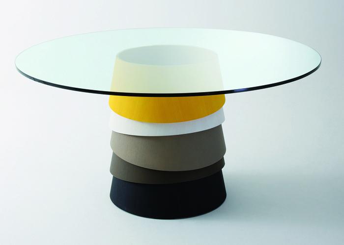 Con cubierta de cristal y una base de madera compuesta de anillos cónicos sobrepuestos, la mesa Layer es un diseño de Luca Nichetto, presentada en el Salón del Mueble de Milán 2010.