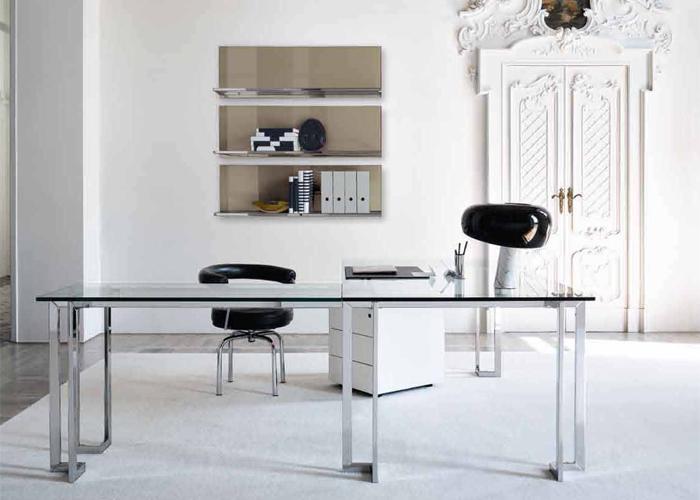 Mesa de escritorio Lord en composición con la cajonera Techna y la boiserie Elle Plus 1. Todo diseño de Pierangelo Gallotti. Foto: gentileza de Gallotti & Radice.