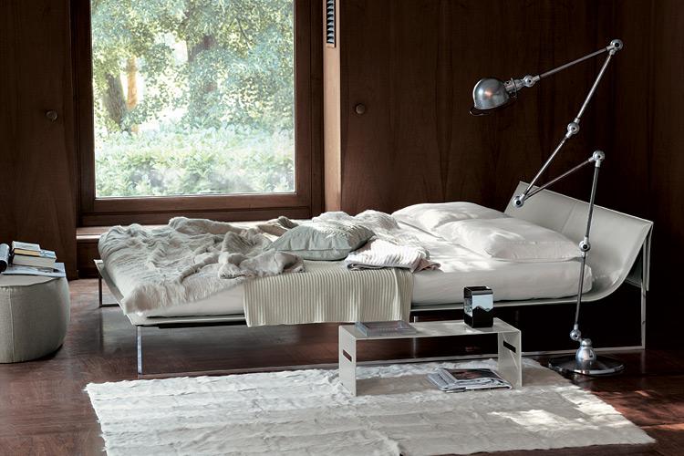 Cama Lyn, de la colección BedShape de forma rigurosa y ligera, que une diseño y variedad textil . Foto gentileza de Ivano Redaelli.