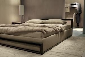 Diseño de Enrico Cesana e Ivano Redaelli, Celine es un modelo de cama de forma rigurosa y ligera, que une diseño y variedad textil, pudiendo ser enriquecida en cuero  o en todas las pieles de la colección. Foto gentileza de Ivano Redaelli.