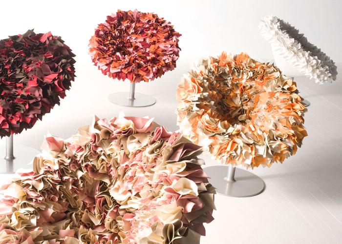 """Maravillosa simplicidad es la poltrona """"Bouquet"""", diseño de Tokujin Yoshioka realizada con miles de pañuelos de tela en colores vibrantes, pegados manualmente y cosidos uno a uno con infinita paciencia. Foto gentileza de Moroso."""