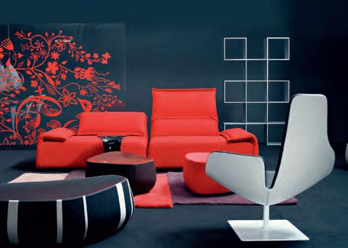 Diseño de Patricia Urquiola, es la poltrona Fjord y el sistema de sofás Highlands que se focaliza en el movimiento de brazos y respaldo, sinuoso, fluido, casi orgánico, conformando personalísimos paisajes de interior. Foto gentileza de Moroso.