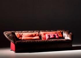 Diseño de Patricia Urquiola es el mórbido sofá de la colección Bohemian, que reinterpreta  de un modo original el clásico capitoné, modernizándolo, emocionándonos. Foto gentileza de Moroso.