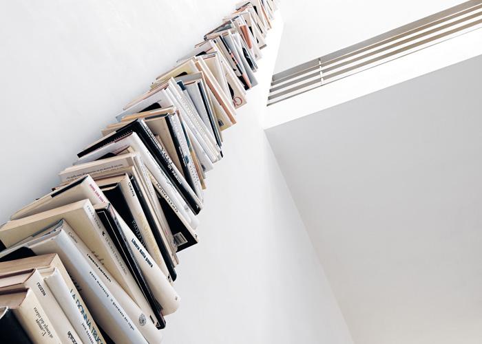 De la familia Ptolomeo, librería vertical de pared componible hasta el infinito, diseño de Bruno Rainaldi y premio Compasso D´Oro ADI 2004. Foto, gentileza de Opinion Ciatti.