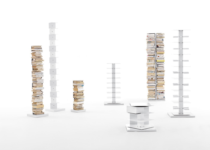 Familia de librerías verticales self standing Ptolomeo, diseño de Bruno Rainaldi y premio Compasso D´Oro ADI 2004. Foto gentileza de Opinion Ciatti.