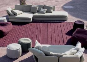 De gran confort y formas redondeadas, Cove son sofás modulares que combinan perfectamente con la gran variedad de alfombras especiales para exteriores. Foto gentileza de Paola Lenti.