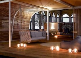 El sistema modular Cabanne es una estructura arquitectónica en metal y madera que protege no solo del sol, sino de la lluvia y del viento, estudiado para integrarse con la naturaleza. Foto gentileza de Paola Lenti.