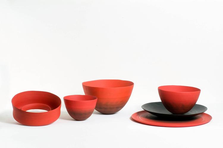 Anello, Ciotolle, Gusci y Scorze Tonde en colores poppy (amapola) y negro. Foto gentileza de Rina Menardi.