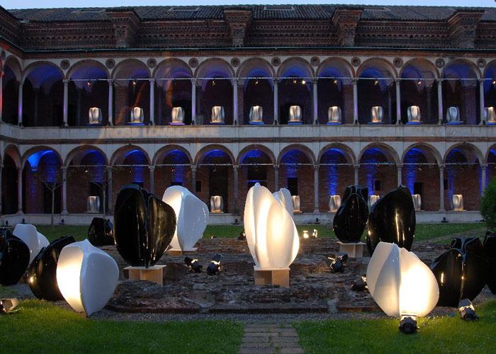 Flow, diseño de Zaha Hadid y New Wave, diseño de Ross Lovegrove, grandes y esculturales macetas expuestas en el evento de la Universidad Estatal de Milán en abril del 2007. Foto gentileza de Serralunga.
