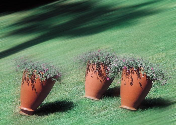 Santavase, maceta para enterrar en la tierra, diseñada por Denis Santachiara. Foto, gentileza de Serralunga.