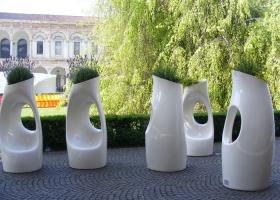 Holly All, maceta escultórica con asiento incorporada, diseño de Philippe Starck. Foto, gentileza de Serralunga.