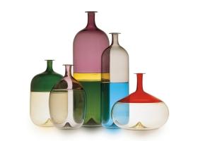 """Colección de botellas Bolle en vidrio soplado y trabajado a mano con la técnica """"incalmo"""", diseño de Tapio Wirkkala. Foto gentileza de Venini."""