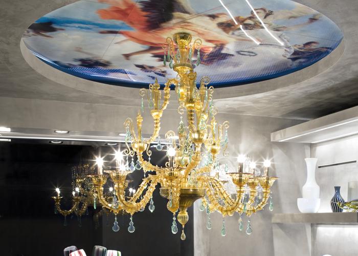 Lampadario Diamantei, de la colección de lampadarios  Venini de preciosos detalles en vidrio y de grandes dimensiones, cuya forma reanuda la clásica tipología de los lampadarios venecianos. Foto gentileza de Venini.