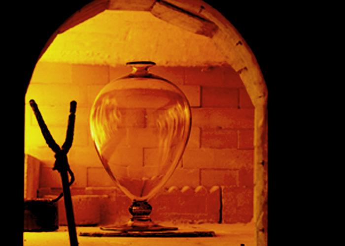 Obra clásica de Venini el jarrón Veronese en vidrio soplado y trabajado a mano, diseño de Vittorio Zecchin. Foto gentileza de Venini.