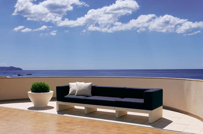 SERRALUNGA, Italia. Muebles, lámparas y macetas para exterior e interior.